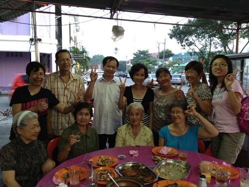 Malaysia zhineng qigong practitioners take a group picture with Dong Xinjian laoshi in 2012