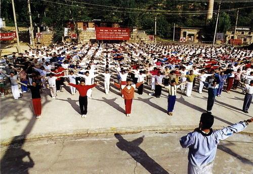 Huaxia zhineng qigong training department collective training scene
